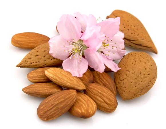 Mandler er en viktig ingrediens i mandelic Peel.  Foto: superdamebloggen.no