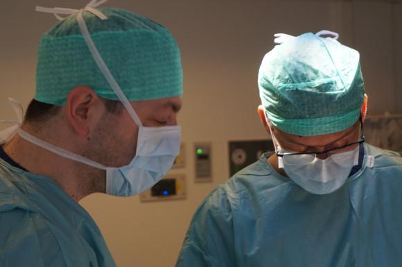 Georgious og Dr Tvedt i dyp konsentrasjon på operasjonsstuen.